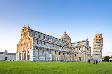 Italien, Toskana, Pisa, Blick auf Dom und den schiefen Turm von Pisa auf der Piazza dei Miracoli