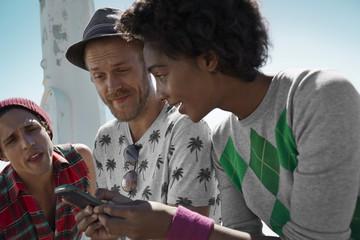 Freunde mit Handy im Freien