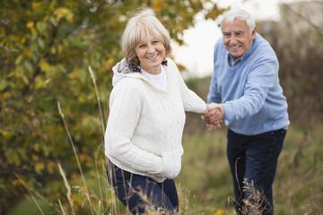 Senioren-Pärchen unterwegs