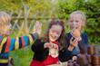 Drei Kinder, die Wettessen mit Schokoküssen machen
