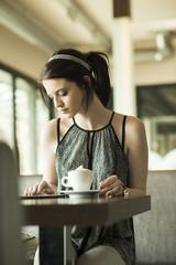 Porträt der jungen Frau mit Tablet-Computer im Café