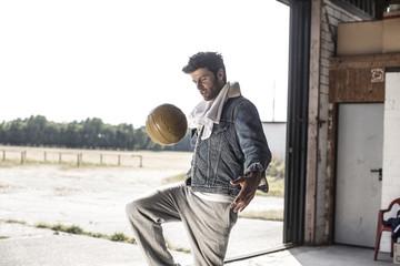 Mann spielt mit Fußball