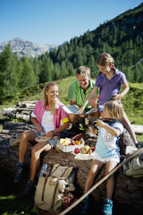 Österreich, Salzburger Land, Altenmarkt-Zauchensee, Familie mit Kindern, Picknick