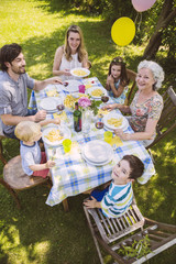 Drei Generationen auf einer Gartenparty