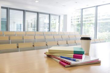 Polen, Warschau, Bücher, Hefte und einen Kaffee auf Rednerpult im Hörsaal der Technischen Universität