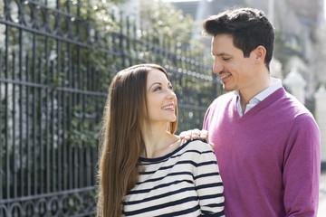 Glückliches Paar in Bewegung