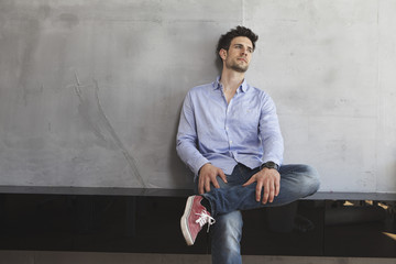 Porträt eines nachdenklichen Mannes, lehnt an der Wand