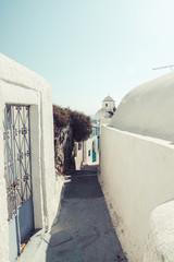 Griechenland, Kykladen, Santorini, Thera, Gasse mit Kirche im Hintergrund