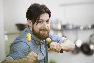 Man schält Kartoffeln in der Küche