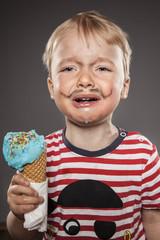 Portrait des schreienden kleinen Jungen mit der Suche gemalt Bart und Eis