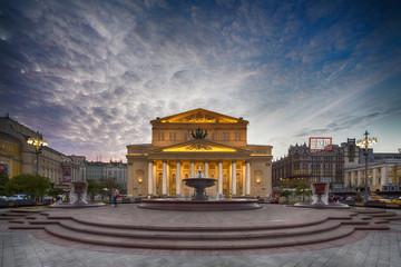 Russland, Zentralrussland, Moskau, Theaterplatz, Bolschoi-Theater und Petrovskiy Brunnen am Abend
