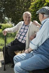 Glücklicher alter Mann, der Spaß mit seinem Freund hat