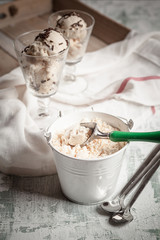 Zwei Gläser Vanilleeis mit Schokoladengranulat, Zink Eimer mit Vanille-Eis