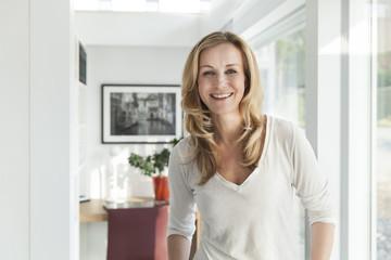 Frau in ihrem hellen, modernen Haus