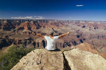 USA, Arizona, Mann geniesst die Aussicht im Grand Canyon