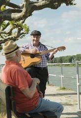 Zwei alte Männer mit Gitarre an der Rheinpromenade