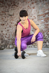 Frau mit Hanteln, Fitnessübungen im Fitness-Studio