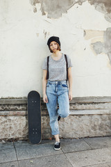 Junger Skateboarderin ist langweilig