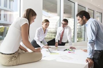 Team von vier Geschäftsleuten am Konferenztisch