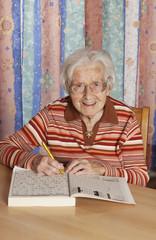 Ältere Frau mit Kreuzworträtsel