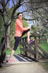 Frau beim Stretching auf Fußgängerbrücke