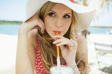 Porträt der jungen Frau, trinkt Latte Macchiato