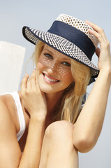 Lächelnde junge Frau Frau mit Sommerhut
