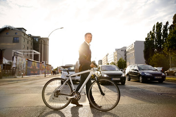 Deutschland, Berlin, Geschäftsmann, Radfahren in der Stadt