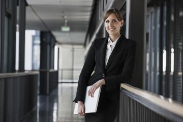 Lächelnde brünette Geschäftsfrau, Portrait