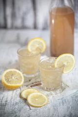 Mugicha, japanisch geröstet und vereister Gerste-Tee mit Zitronenscheiben
