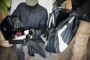 Zwei Einbrecher bei der Arbeit in einem Einfamilienhaus, am Tage
