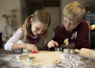Junge und Mädchen mit Cookies