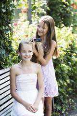 Zwei Mädchen verbringen ihre Zeit mit Haarpflege und -styling