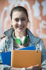 Porträt des lächelnden Teenager-Mädchens mit Kopfhörern
