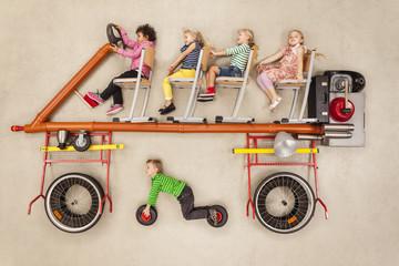 Kinder fahren Bus