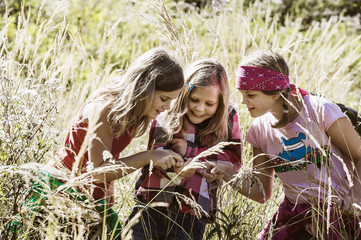 Drei Mädchen bei Erkundung der Natur