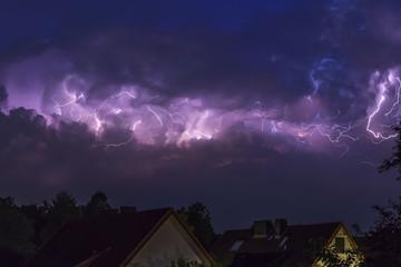 Deutschland, Hamburg, dramatische Nacht mit Himmel bei Gewitter