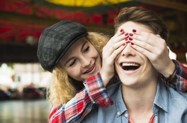 Teenager-Mädchen, die Augen ihres Freundes zuhaltend