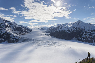 Grenzregion Alaska-British Columbia, Mann schaut auf Salmon Glacier