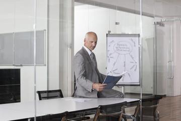 Geschäftsmann im Konferenzraum