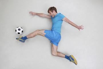Mann kickt Fußball