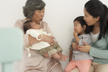 Asiatische ältere Frau mit Tochter und zwei Enkelinnen