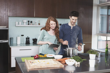 Junges Paar, zusammen kochen
