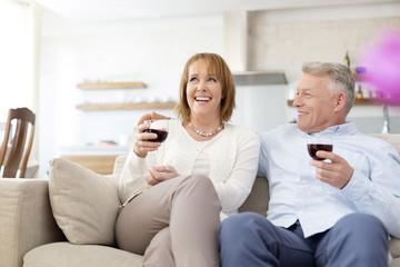 Paar trinkt Rotwein zu Hause