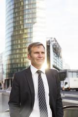 Deutschland, Berlin, Geschäftsmann in der Stadt, Portrait