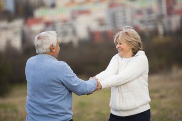 Älteres Paar, Hand in Hand