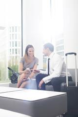 Geschäftsmann und Geschäftsfrau warten in Hotel-Lounge