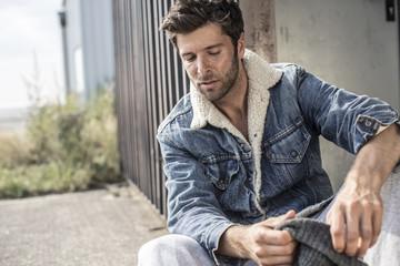 Cooler Mann mit Jeansjacke