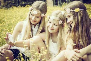 Portrait von drei Mädchen, tragen Blumenkränze, Selfie