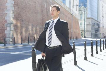 Polen, Warschau, Geschäftsmann zu Fuß auf der Straße